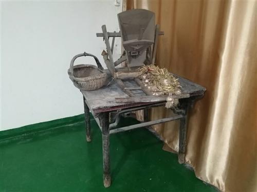 老物件处理:六十多年的八仙桌,150元。讲麦娄150元。送50多年的馍篮一个。地址:偃师市吓田寨村