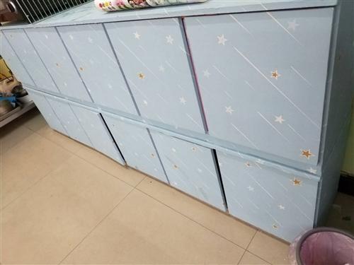 低价出售(家里放不下)  打包价100元 实木柜子2个(柜子大概2.5米长)