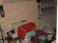 营口西市区辽河新都小区里居民捡废品太疯狂
