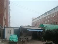 营口某小区内违建房随意建,公共绿地变成自己的菜园子,垃圾房