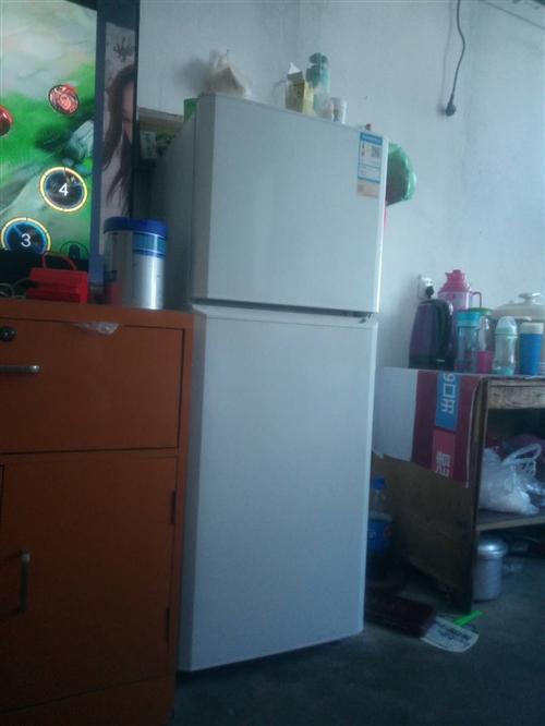 搬新房,转让九层新海尔冰箱400元。还有一张桌子,两铺一米五的床转让,有须要的可以连系,138509...