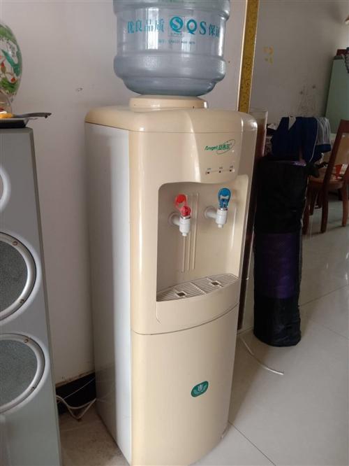 立式饮水机,带水桶。