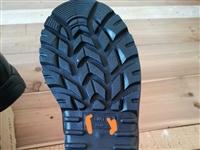 转让**42码靴子一双,外包装有点破损,适合皮鞋42码的朋友穿。