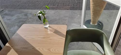 桌子   椅子 实木桌子150一个。实木凳子50一个