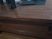 老榆木桌2.2×1,老榆木柜1.2×0.5,因搬新家放不下处理,价格面议。