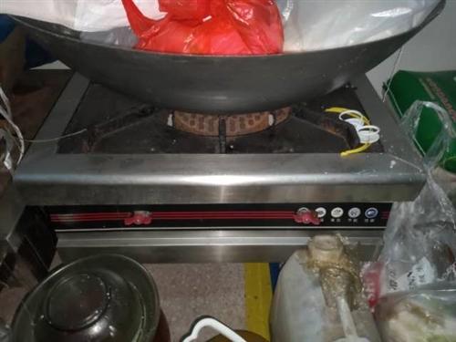 單頭灶臺兩個,雙開冰箱一個,四眼灶一個,燉湯爐灶兩個,冰柜一個,小蒸箱一個