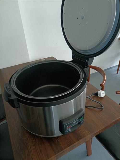 23L电饭煲,一次能蒸13斤米。品牌机器。 不粘内胆,保温很好。 另外一个是带鼓风机的引炭炉用了...