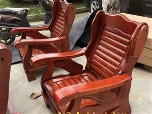 换新出售,一张长实木沙发,二张小实木沙发,长的那断了一条横,红圈位置,8成多新,需上门自提,解放路