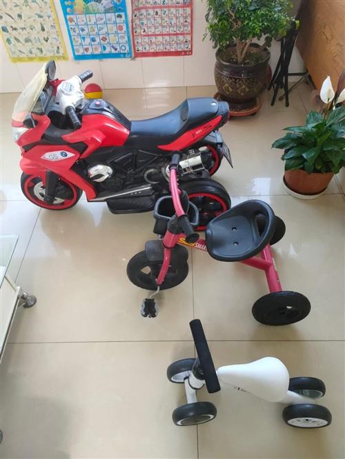 一个充电摩托车和两个小孩自行车